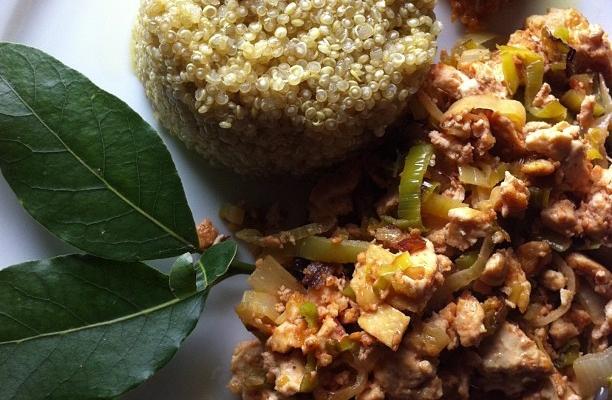Tofu strapazzato con porri, spezie tandoori e quinoa